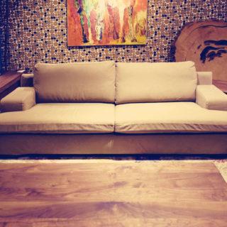 帆布地を使用した使い込むほどに味わいの増すソファーです