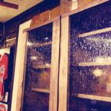 ウォールナット食器棚のガラスが素敵です