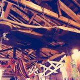 欅の一枚板を吊り下げる